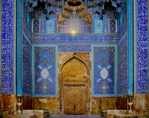 Main door to the Mosque of the Sháh. The replica of this tile work was rebuilt in Doris Duke's Shangri-La Center for Islamic Arts in Hawai'i